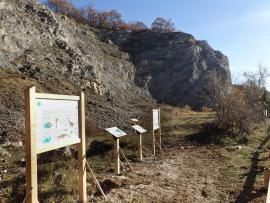 Panneau d'accueil des géosites de la vallée de l'Yonne et supports de découverte de l'un des six géosites de la vallée de l'Yonne, la carrière des Quatre Pieux (© M. Jouve - CEN Bourgogne, 2017)