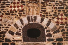 Porche de l'église de Rochechouart montrant des impactites, RNN de l'Astroblème de Rochechouart-Chassenon - © M. Jonin