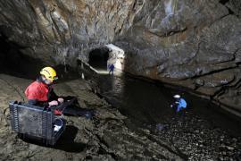 Analyses hydrologiques dans la rivière souterraine - © V. Damourette / Coeurs de nature / SIPA