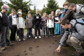 Observation d'empreintes avec des scolaires - © L. Wen / Coeurs de nature / SIPA