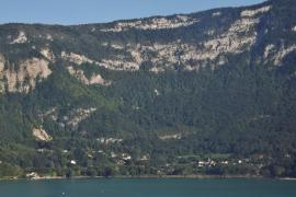 Aiguebelette-le-lac et la montagne de l'Épine - © F. Pépellin / Wikipédia